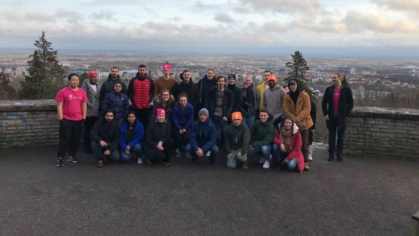 De nya internationella studenterna vid utsiktsplatsen på Billingen – ett självklart stopp under den guidade bussturen. Foto: Högskolan i Skövde