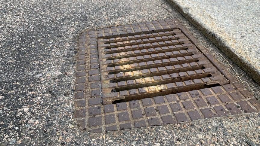 Rännstensbrunnarna i gatan är endast till för att samla upp regnvatten för att undvika översvämningar på gator och i fastigheter. Foto: NSVA