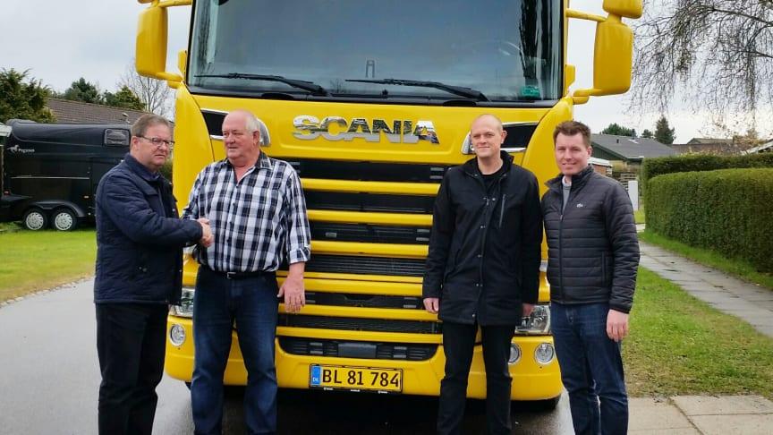Scania-salgskonsulent Niels Nielsen overrækker den nye Scania til vognmand Sven N. Nielsen. Til højre ses sønnike og chauffør Anders N. Nielsen og Scania Finans' salgskonsulent Henrik Sommer.