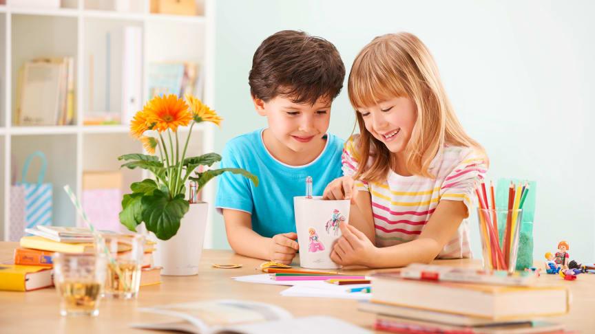 Das MINI-DELTINI Kinder-Set macht gleich doppelt Spaß: Kinder können als Hobbygärtner ihr Können unter Beweis stellen und zusätzlich das eigene Pflanzgefäß kreativ mit bunten Aufklebern gestalten.