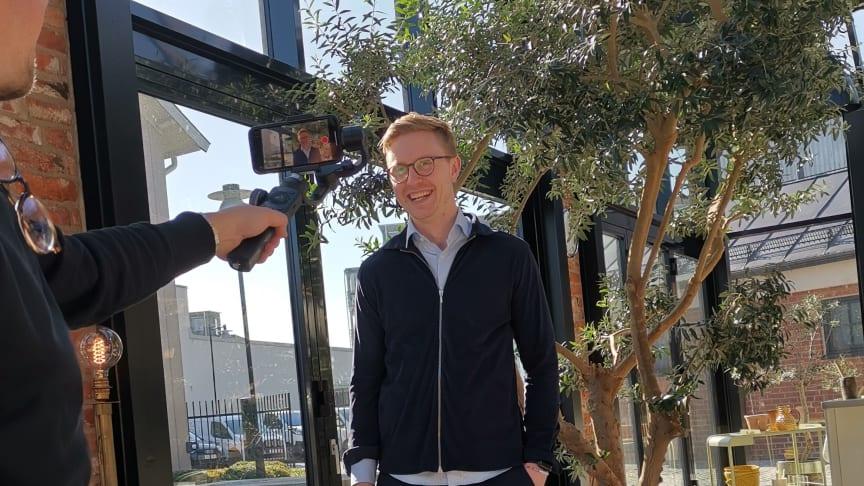 Andreas Ahlberg, ansvarig för försäljningen av bostadsrätterna i Sunds Terrasser i Uddevalla fick ställa sig framför kameran istället för att möta kunderna direkt.