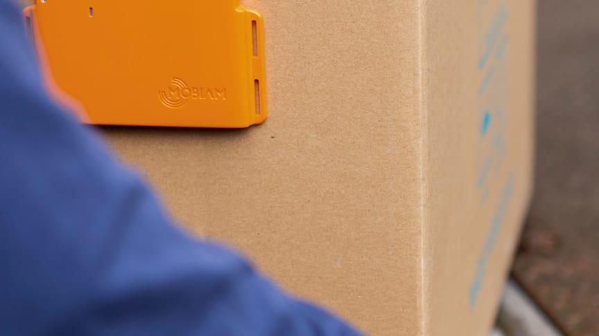 Den nya trackingutrustningen fästs på insidan av containern eller på godset och plockas av när containern nått sin slutdestination.