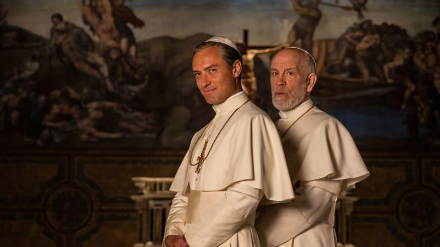 Jude Law og John Malkovich spiller hovedrollerne i The New Pope, som får eksklusiv dansk premiere på C More den 26. januar.