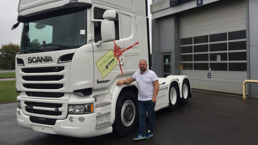 En spritny Scania R 580 V8  pyntet med gavebånd og til-og fra-mærke til Søren Egeskov