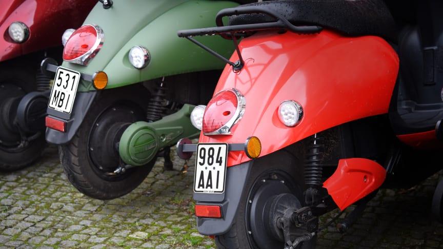 Ab dem 1. März 2020 brauchen Moped-, Mofa- oder Kleinkraftrad-Fahrer neue Versicherungskennzeichen - dieses Jahr mit schwarzer Schrift