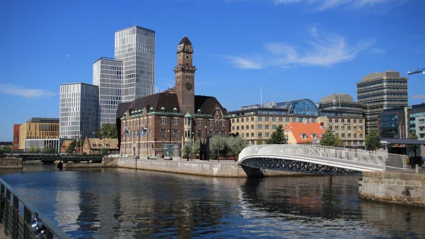 Bagersbro, gångvägen över kanalen till Bagers plats. Malmö Live i bakgrunden