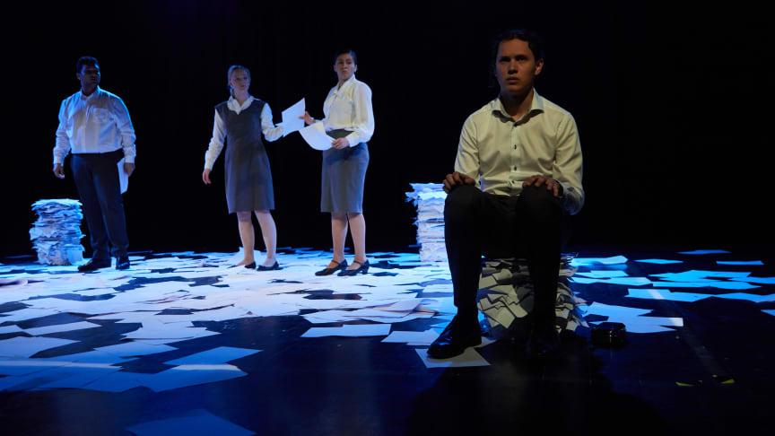 """Avgangstudenter fra Forstudium teater ved Oslo kulturskole spiller forestillingen """"Rapporter fra en tilstand""""  Foto Jacob Nasseri"""