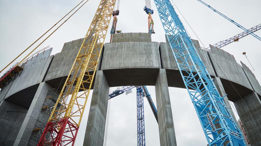 Den sista delen av vattentornets högreservoar lyfts på plats. /Foto: Studio-E/Rickard