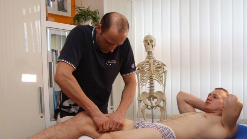 Osteopath Stefan Haustein behandelt den mehrfachen Zweierbob-Weltmeister. Foto: Marco Förster