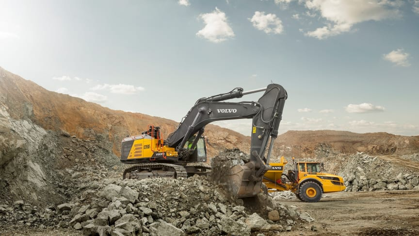 EC950F är den största grävmaskinen i Volvos sortiment och en perfekt matchning med A60H-dumpern.