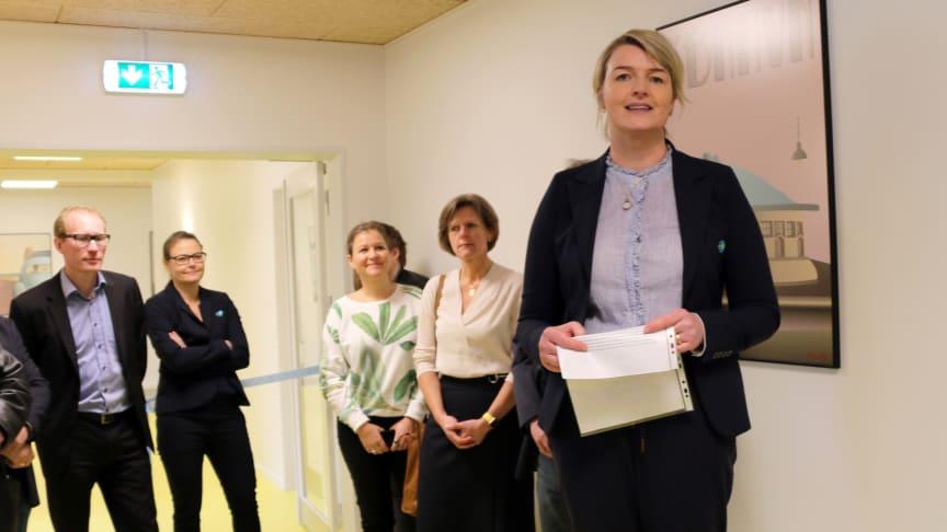 Administrerende direktør i Forenede Care Stine Louise Eising von Christierson holder åbningstale for det nyåbnede Ringstedhave Neurorehabiliteringscenter. Ringsteds borgmester Henrik Hvidesten (V) ses til venstre i baggrunden. Foto: Elisabeth Nielsen