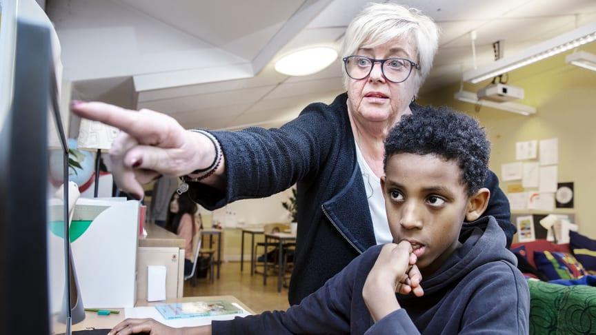 Läraren Kerstin Franzén Gradin på Grimstaskolan ger Muzamil Abdukar i klass 4D återkoppling på de bilder han har animerat under lektionen.