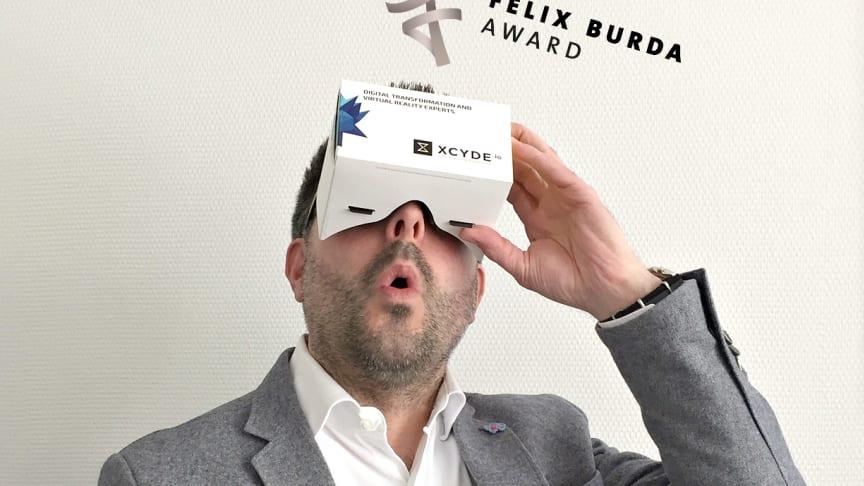 Virtual Reality: Carsten Frederik Buchert, Marketingleiter der Felix Burda Stiftung, testet das Cardboard von Xcyde