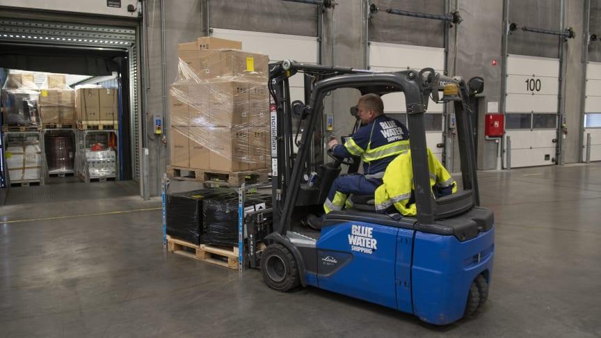 Blue Water Shipping demonstrerer klimagevinster ved at dobbeltstable pallegods med transportsystemet SpaceInvader. En løsning der sparer både plads, penge og CO2 under transport.