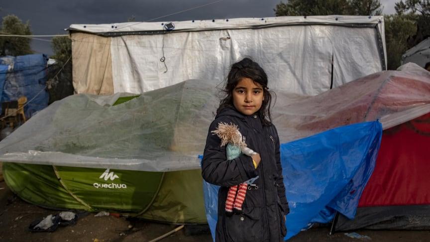 Flicka utanför sitt tält på flyktinglägret Moria, Lesbos. ©UNICEF/Haviv VII Photo