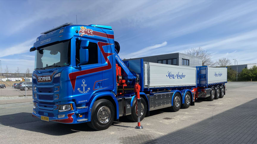 Damarks første Scania lastbil med hjertestarter er netop leveret til Kim Ancker