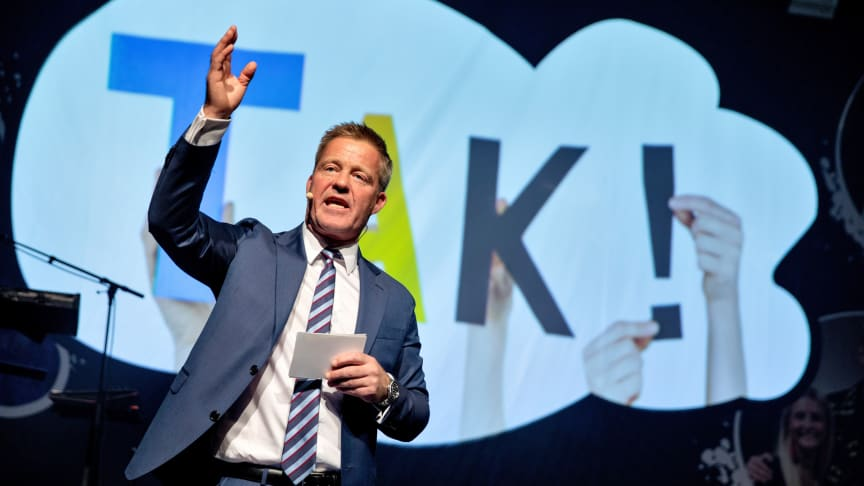 Landechef for JYSK i Danmark, Bo V. Andersen, på scenen til sidste års fest.