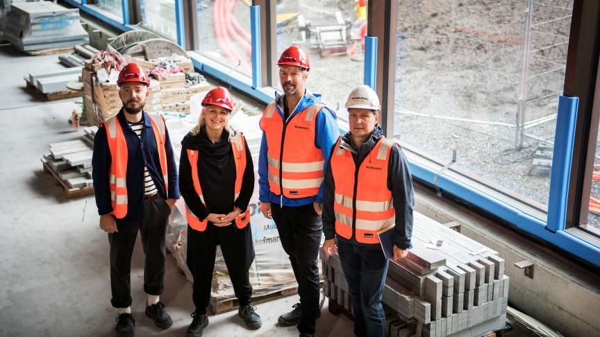 Fra venstre: Even Ramsvik, Astrid Roppen og Stian Floer fra Dugurd sammen med Jon Geir Placht fra Nasjonalmuseet. Foto: Nasjonalmuseet / Annar Bjørgli