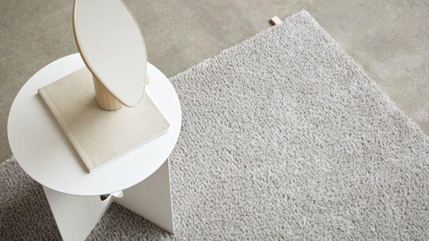 Med inspiration från naturen skapade Kasthall Design Studio den tuftade mattan Chique. Likt en svanunges mjuka och luftiga dun har mattan ett elegant och glansigt uttryck