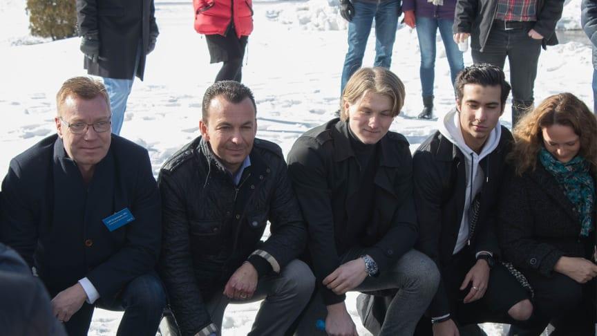 Leif Gripestam (M) och Wojciech Wondell tar första spadtaget tillsammans med bland annat elever från Byängsskolan.