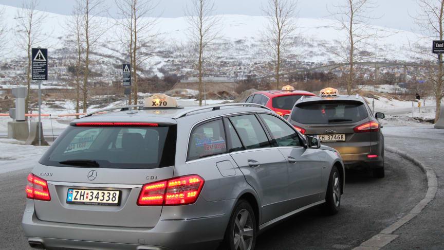 Fylkestinget finner ikke at drosjenes samfunnsoppdrag er hensyntatt i forslaget, sier Troms i sin høringsuttalelse. Arkivbilde fra flyplassen i Tromsø.
