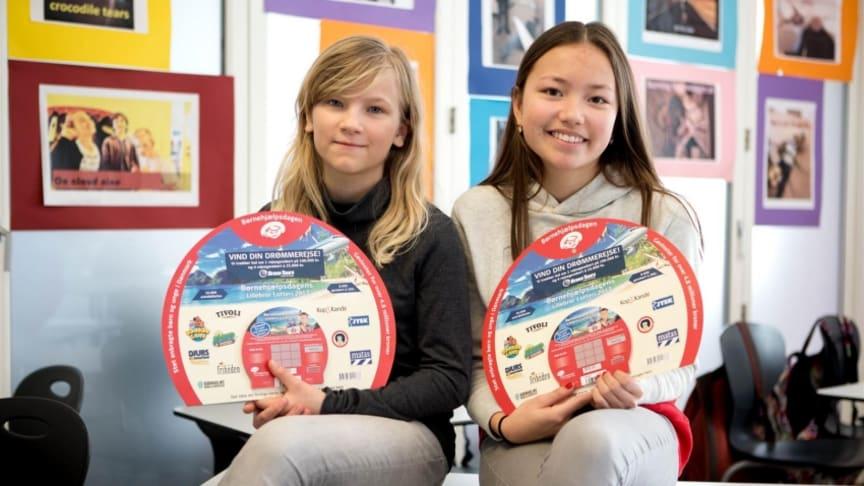 11-årige Rebekka og 13-årige Eva fra Institut Sankt Joseph glæder sig til at sælge lodderne, der bidrager til anbragte børn i Danmark. Foto: Børnehjælpsdagen.