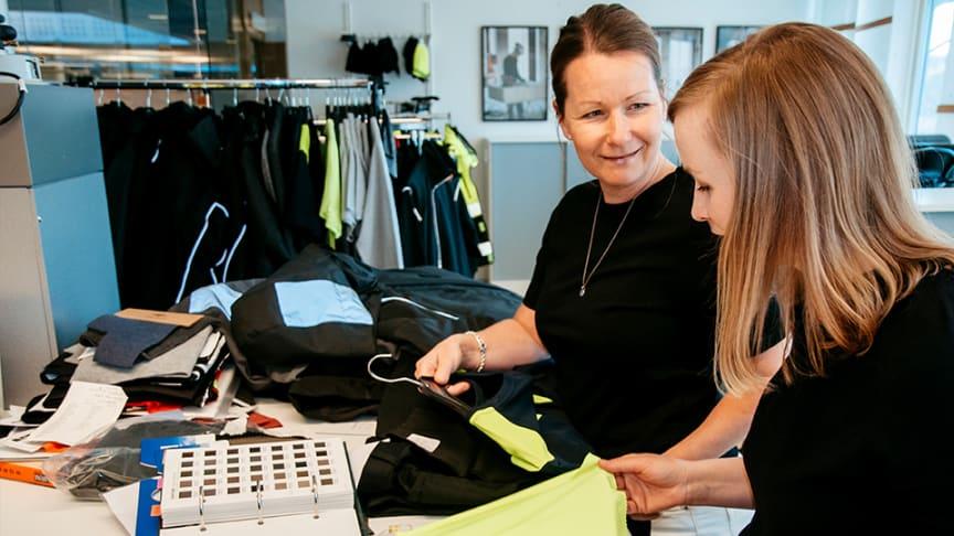 Åsa Elvstrand, produktutvecklare och Johanna Manhag, kategorichef granskar alltid materialen noga i arbetskläder.