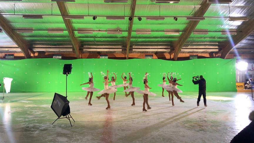 Även fotografen fick åka skridskor under inspelningen av Lisebergs julfilm.