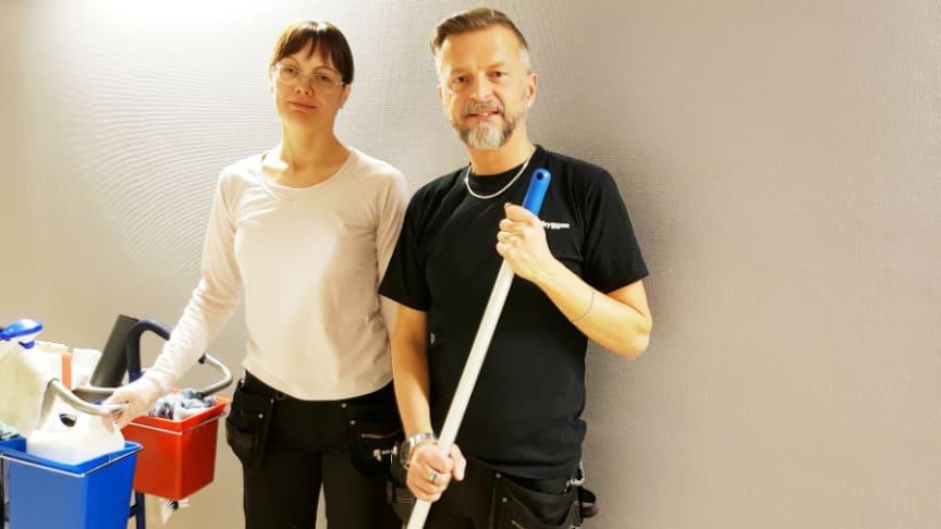 Maria Carlsten och Jan Larsson började på Samhall men är idag anställda av Riksbyggen .