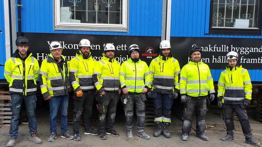 Johan Palmér, arbetsledare och Pentti Hulkkonen, platschef tillsammans med sex av nio nyanställda snickare på Hökerum Bygg.