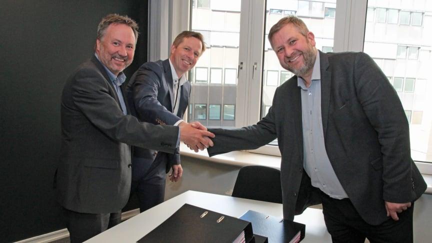 Regiondirektør Per Nilsen i Nettbuss og administrerende direktør Atle Rønning i Norgesbuss signerte nylig kontrakter for Romerike med administrerende direktør i Ruter, Bernt Reitan Jenssen.
