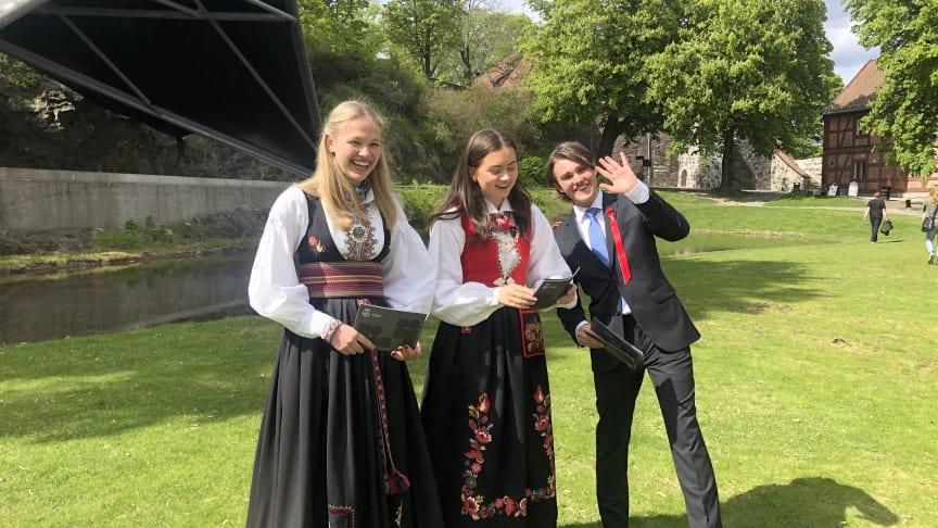 Elever fra Hartvig nissen videregående skole gjør seg klar til søndagens festkonsert i Oslo. Fra venstre Ingrid Schøyen, Linde Myklebust Hodne og Magnus Bjerke Hofgaard. Foto: Kulturetaten