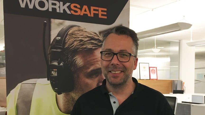 Martin Lindén, Category Manager PPE på Procurator visar upp Worksafe Cheetah Small.