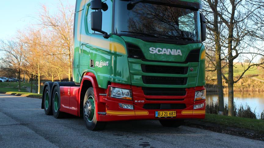 Vognmand Ole Larsen Transport fik tidligere i dag leveret en ny Scania R 410 6x2  trækker, som skal køre indenrigstransporter med dagligvarer.