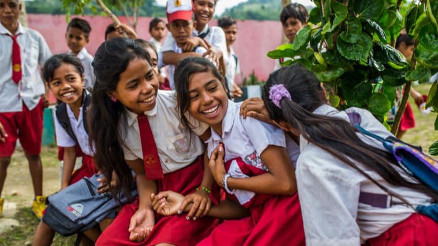 Studenter utanför en skola i West Sumba, Indonesien.
