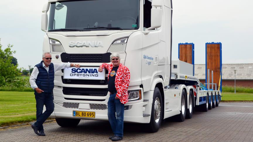 En glad salgschef med en glad vognmand foran sin nye Scania S 730. Bemærk den fine jakke, som Erik havde iklædt sig i dagens anledning.
