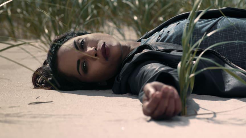 Monica Raymund kan opleves i Hightown, som er en af de serier, der får eksklusiv dansk premiere på C More. (Der er flere billeder i bunden af pressemeddelelsen)