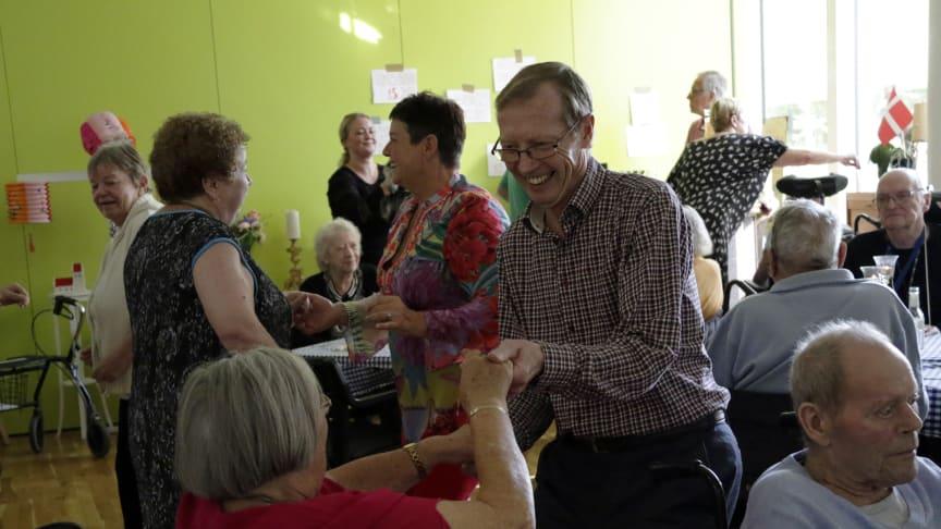 Der var dans, hyggelige samtaler, drinks og god stemning på Langagergård Plejecenter forleden, da plejecenteret indviede en fælles beboerbar. Foto: Jannik Preisler.