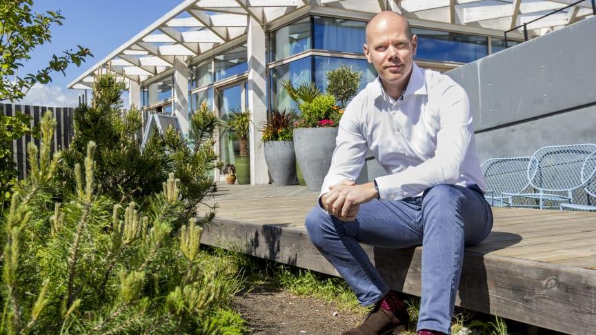 Joakim Ekman, Skandia Fastigheters IT-chef, i takparken på Sveavägen 44.