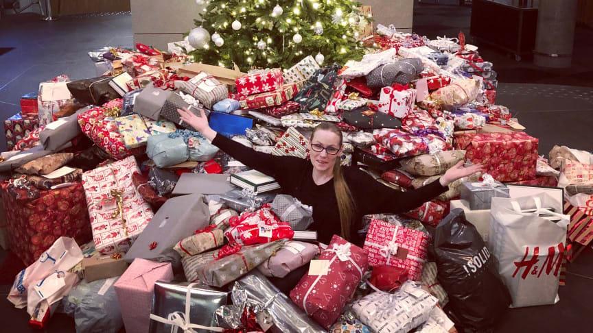 """JULEGAVEREKORD: En enorm giverglede har sørget for innsamlingsrekord i """"Ensomt juletre søker gaver""""-kampanjen til Nordic Choice Hotels. Her fra Clarion Hotel The Edge i Tromsø med Kate Eines, leder for """"Hjelp oss å hjelpe - Tromsø""""."""