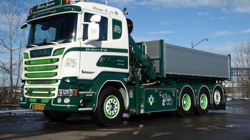 Ejer Søren Jensen er sikret unødige udgifter, da den nye 4-akslede V8'er er leveret med Scanias udvidede drivlinedækning, som gælder i ti  år.