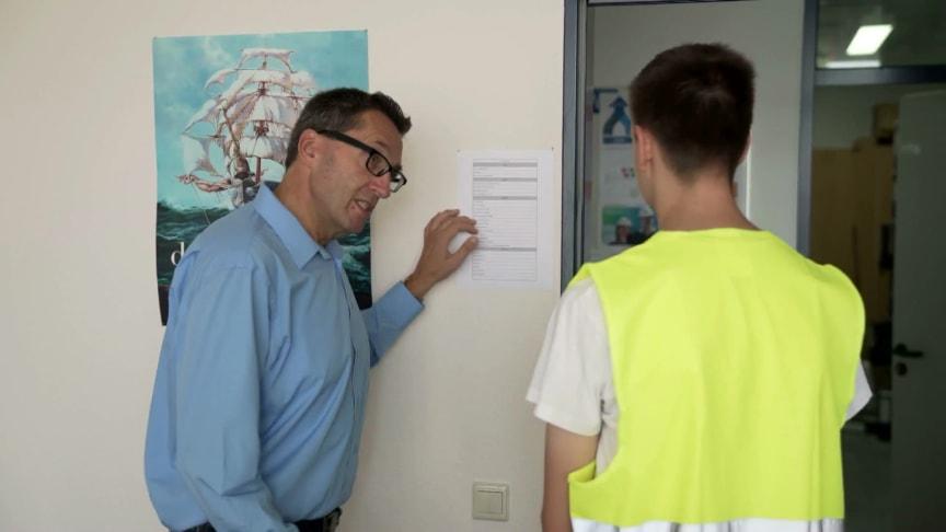 Schüler leitet für einen Tag das AkzoNobel Werk in Hilden