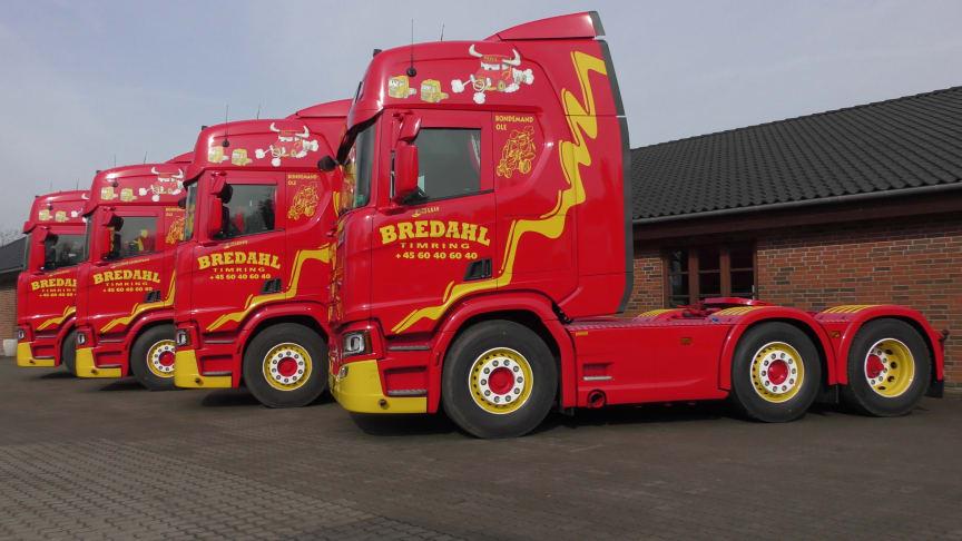 Det er et flot syn, når de er linet op fire på stribe - Scania R 450 til Bredahl Transport.