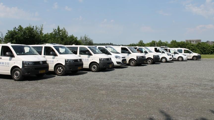 Inspektørtjenestens biler på rad og række. Se hvor smukt de står mod den blå himmel!