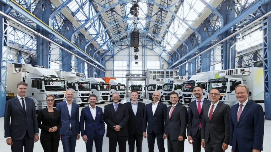 MANs CEO, Joachim Drees (tv) sammen med repræsentanter fra de 9 virksomheder, der som de første skal køre MANs elektriske køretøjer