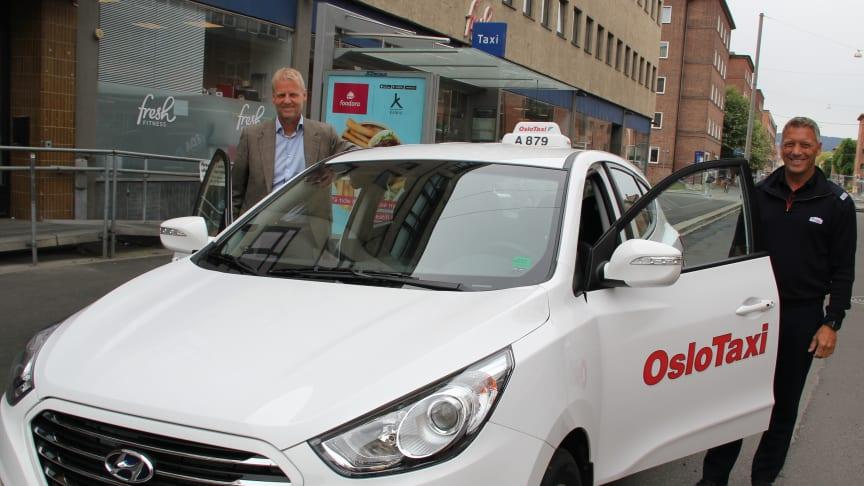 HY-bokstavene på skiltet er det eneste som så langt viser at dette er en miljøbil. Direktør Bjørn Rebne (t.v) og drosjeeier Bent Fladby har tro på hydrogenbiler som drosje. Kanskje blir bilen profilert tydeligere snart
