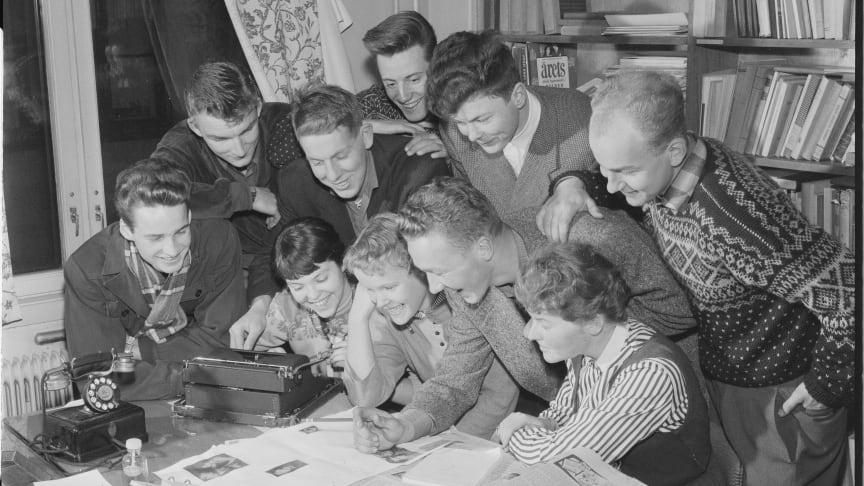 Hammersborg fritidsklubb lager avis i Morgenposten. Foto tatt i forbindelse med reportasje i Billedbladet NÅ, 02.11.1955. Foto: Engesland og Fjørtoft. RA/PA-0797/Billedbladet NÅ/U/Ub/L0001/1011.