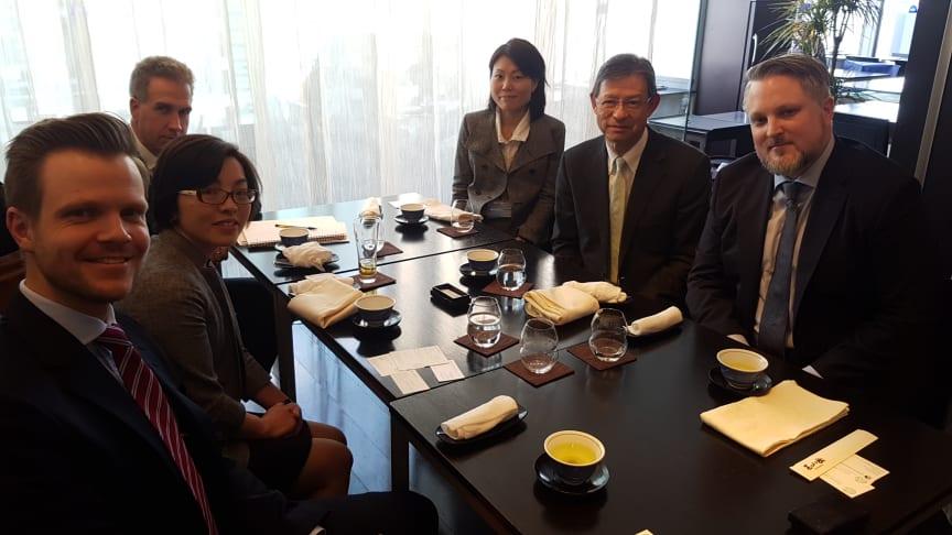Møter japanske investorer: Harald Martens Holm, kommunikasjonssjef for bærekraft i Storebrand, foran til venstre, og Philip Ripman, senior bærekraftsanalytiker, helt til høyre.