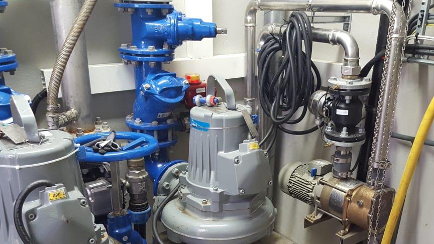 Bildet viser avløpspumpestasjonen fra innsiden. Blant annet har pumpene blitt ettermontert med en temperatur sensor.