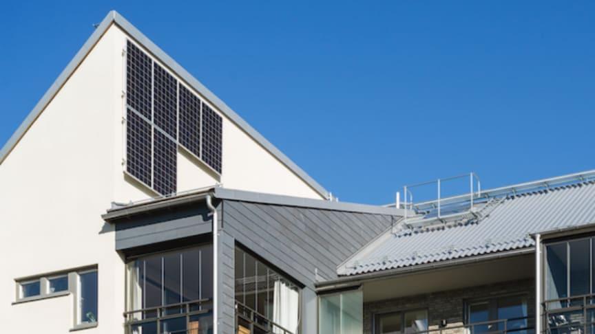 Solceller monterade på ett av Riksbyggens Bonum seniorboende.